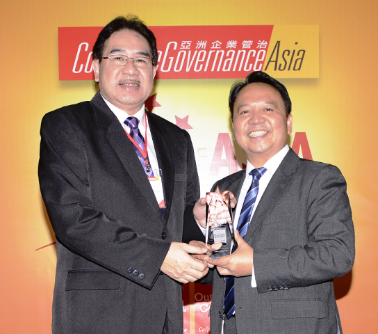 Lopez Holdings president Salvador G. Tirona receives the Icon of Corporate Governance Award from Corporate Governance Asia managing director Aldrin Monsod in Hong Kong