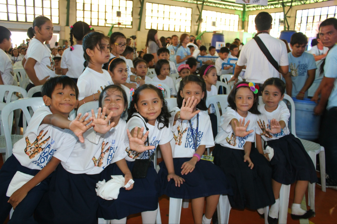 Students from Mandaluyong ES make their pledge for a better life with cleaner hands
